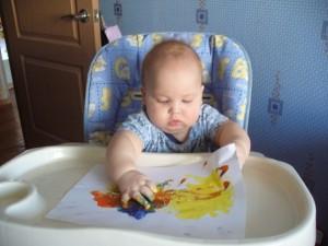 почему-то не фотографировала дочку в свое время(( на этом фото видно, что случается, когда лист не прикреплен - ребенок начинает играть с листом, а не с краской