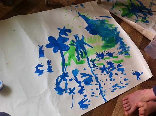 Первый раз сынок рисовал зайцев, обычно больше по машинкам он у нас. Но ничего, похожи вроде :)
